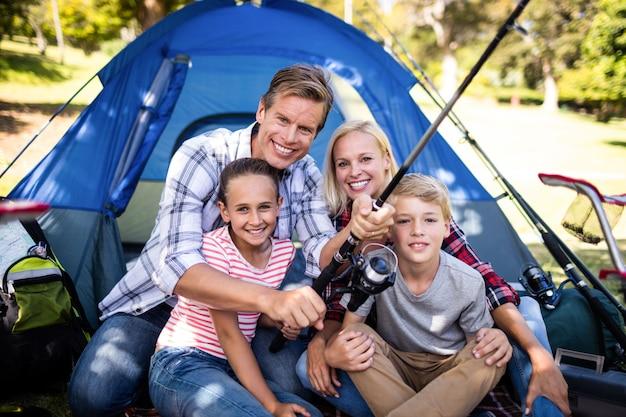 Семейная рыбалка за пределами их палатки
