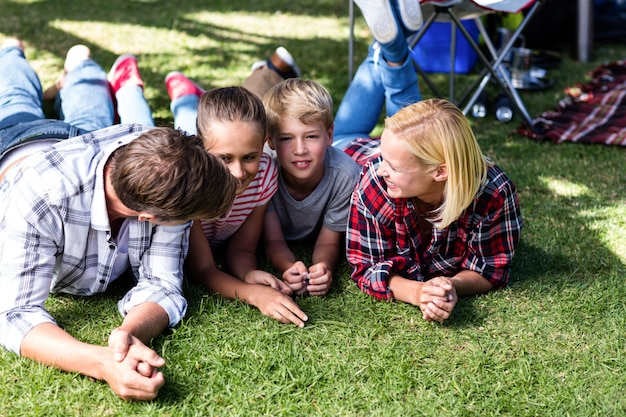 Семья отдыхает за пределами своей палатки