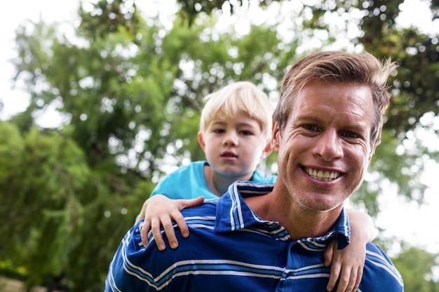 息子にピギーバックを与える父の肖像