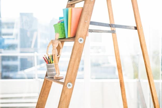 Деловые вещи, лежащие на деревянных весах в офисе