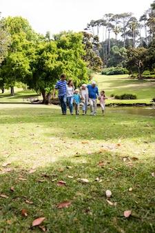 公園を歩いている多世代家族