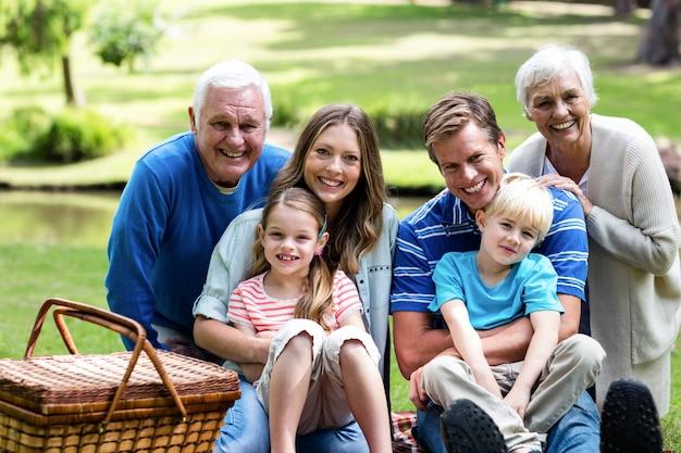 Портрет многопоколенной семьи на пикник
