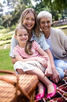 ピクニックを持つ多世代家族の肖像