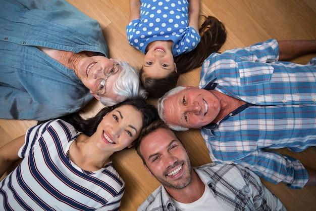 床に横たわって、幸せな家族