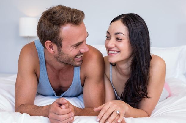 リラックスできる美しい若いカップル
