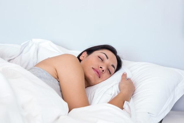 眠っている美しい若い女性
