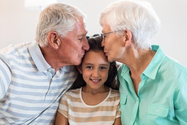 祖母と孫娘と祖父