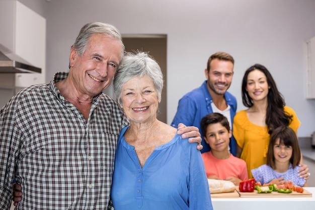 Пожилой мужчина и женщина, стоя на кухне