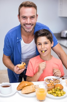 Отец и сын завтракают