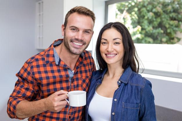 お茶を持っているカップルの肖像画