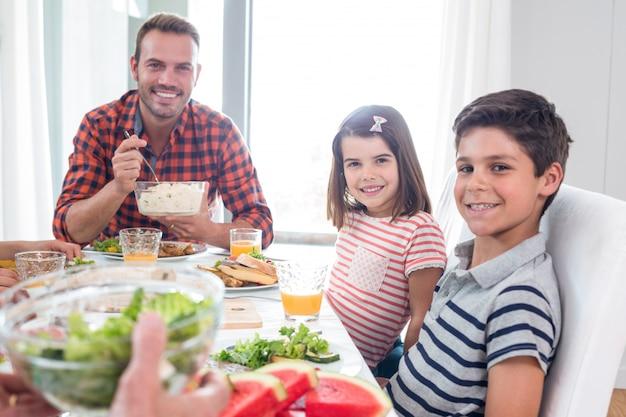 朝食を食べて幸せな家族