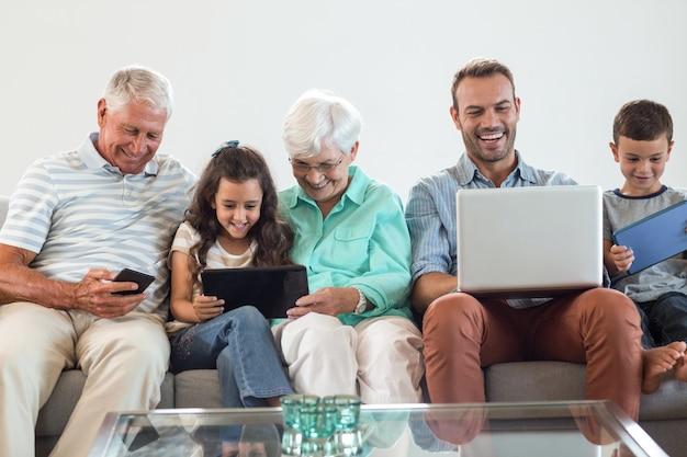 ソファに座って幸せな家族