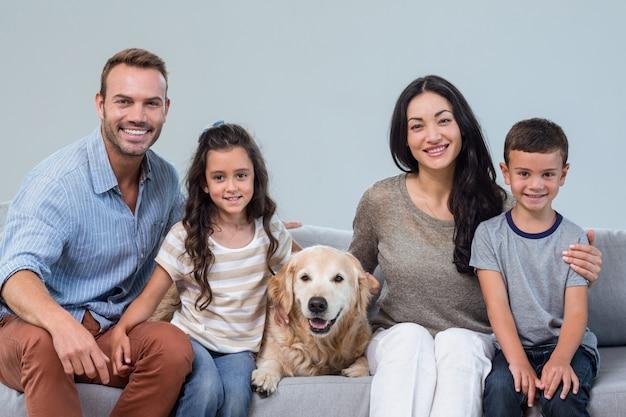 リビングルームで犬と家族