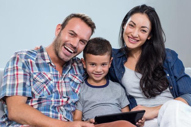 母、父と息子のデジタルタブレットを使用して