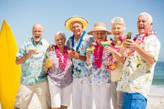 カクテルを飲む高齢者