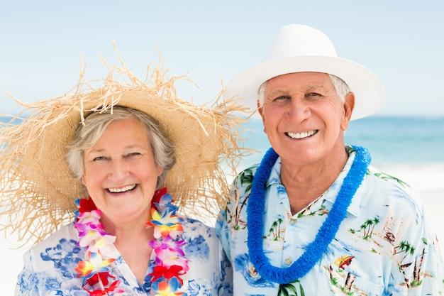 浜に立っている年配のカップル
