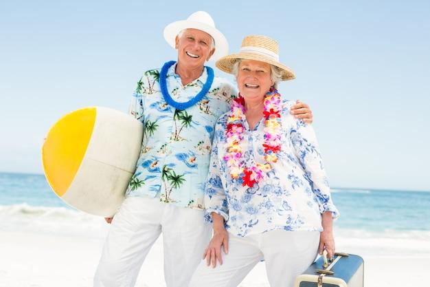 サーフボードを保持している年配のカップル