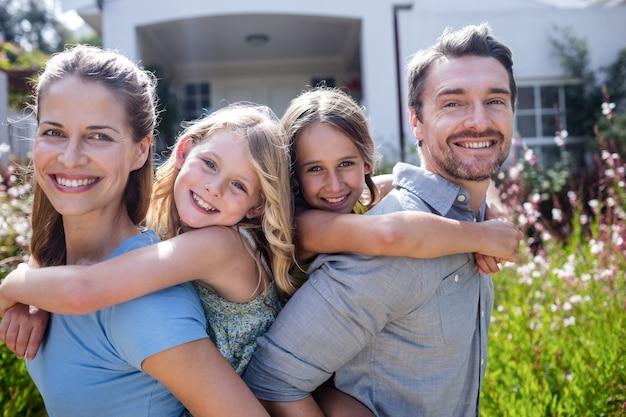 Портрет счастливой семьи с двумя дочерьми