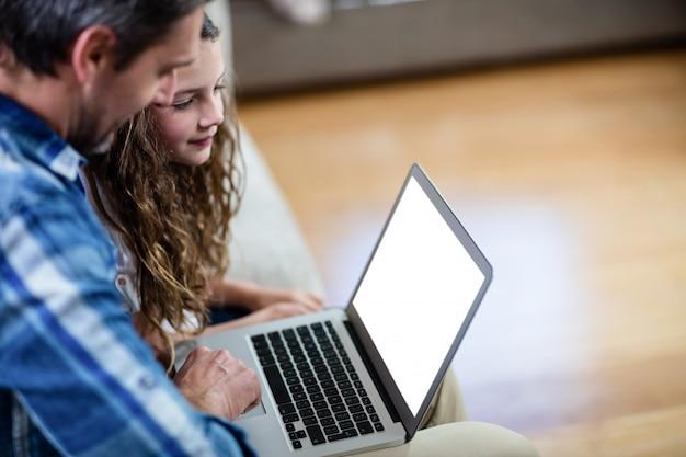 Отец и дочь, используя ноутбук