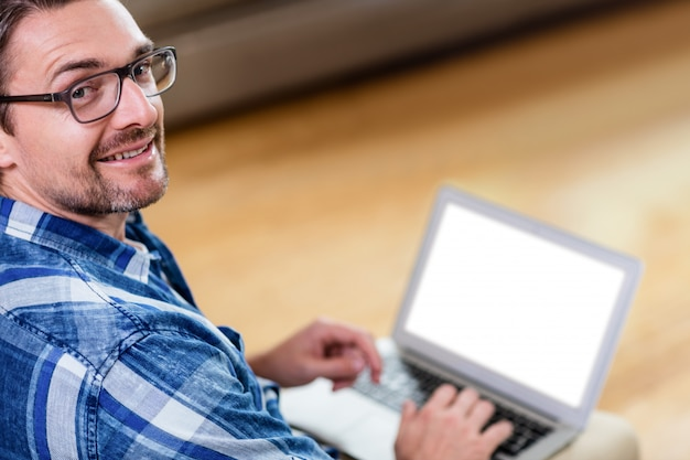 Портрет мужчины с ноутбуком