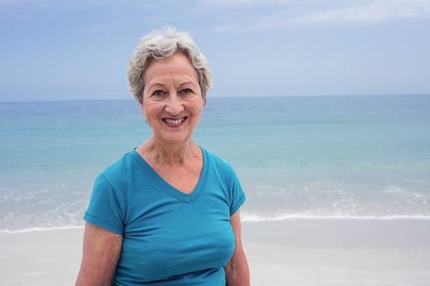 ビーチで幸せな年配の女性の肖像画