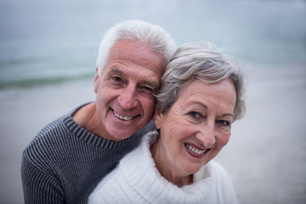 お互いを受け入れて年配のカップルの肖像画