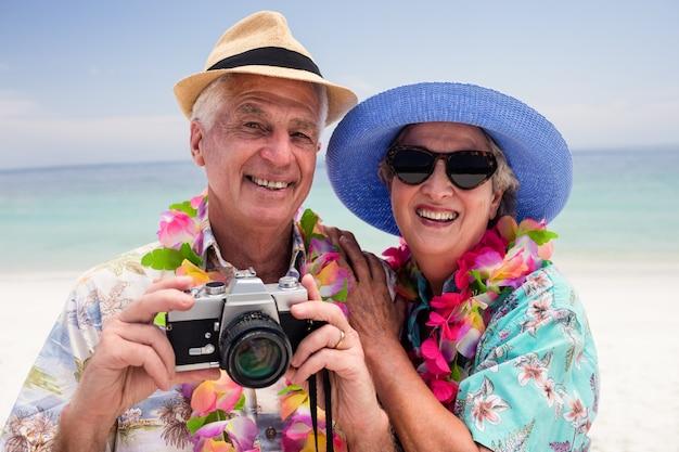 カメラで写真をクリックする年配のカップル