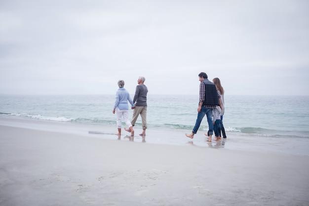 Семья гуляет вместе на пляже
