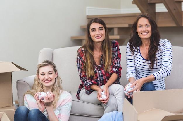 Друзья держат упаковку арахиса в их новом доме
