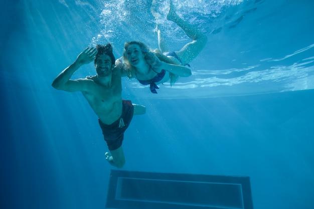 Милая пара плавание под водой в бассейне
