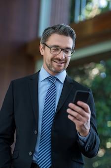 携帯電話で実業家テキストメッセージング