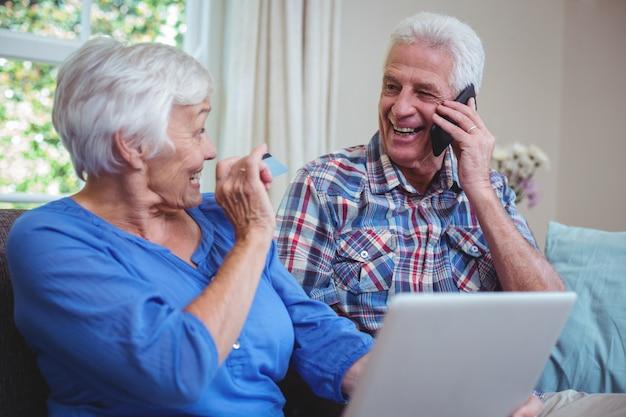 技術を使用して笑顔の年配のカップル
