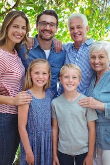 笑顔の多世代家族の肖像
