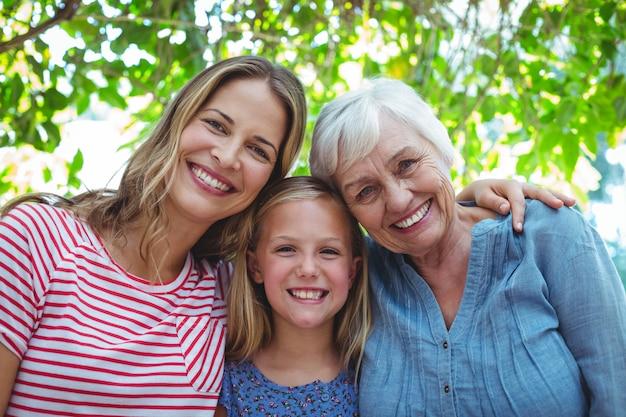 おばあちゃんと幸せな家族の肖像画