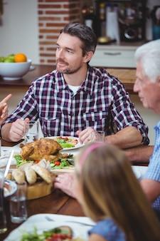 多世代家族のダイニングテーブルに座って