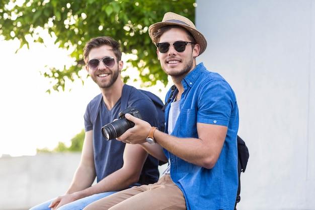 通りで写真を撮るヒップの友達