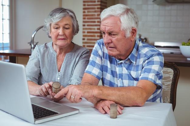 Пожилая пара ищет таблетки с помощью ноутбука