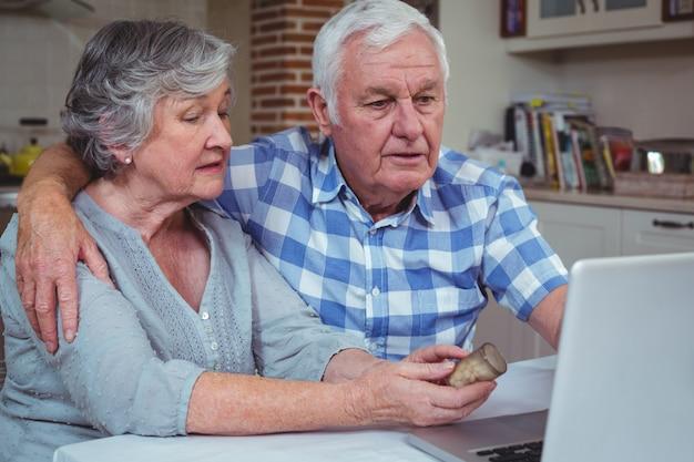 Старшая женщина с таблетками взаимодействуя с мужем
