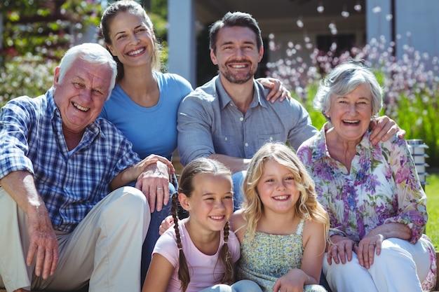 Портрет веселой семьи на заднем дворе