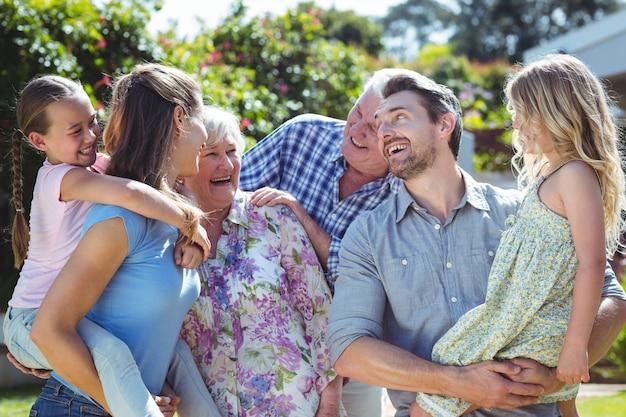 Семья смеется на заднем дворе