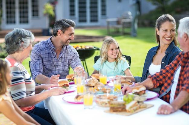 Счастливая многопоколенная семья сидит за столом