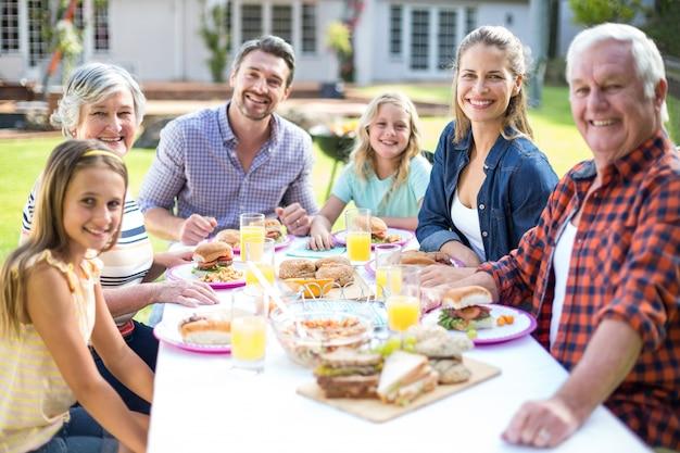 Портрет веселая семья сидит за столом
