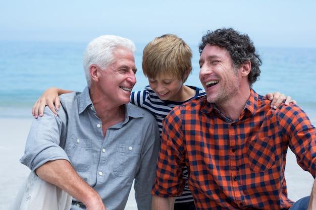 Семья нескольких поколений отдыхая на пляже
