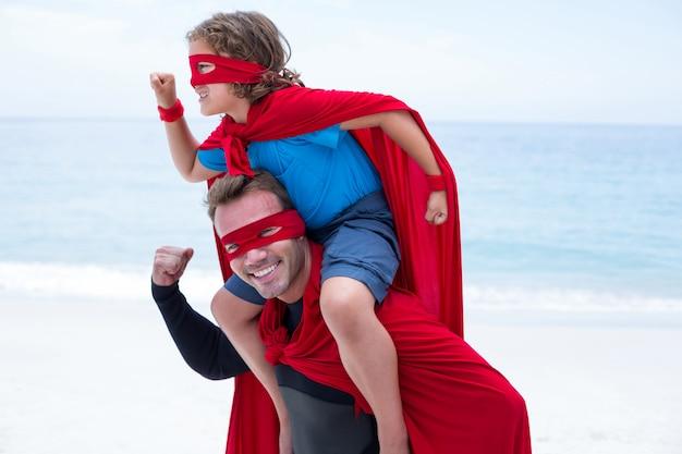 Отец и сын в костюме супергероя, притворяясь, что бегут