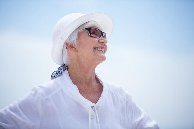 見上げる幸せな年配の女性のクローズアップ