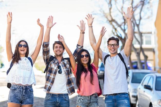 Хип-друзья, торжествующие с поднятыми руками на улицах