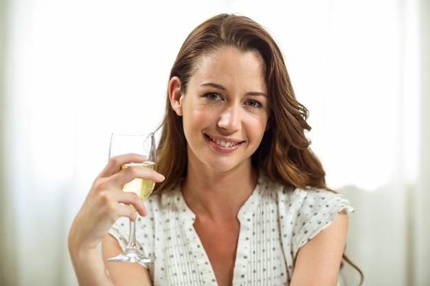 自宅でワイングラスを保持している女性