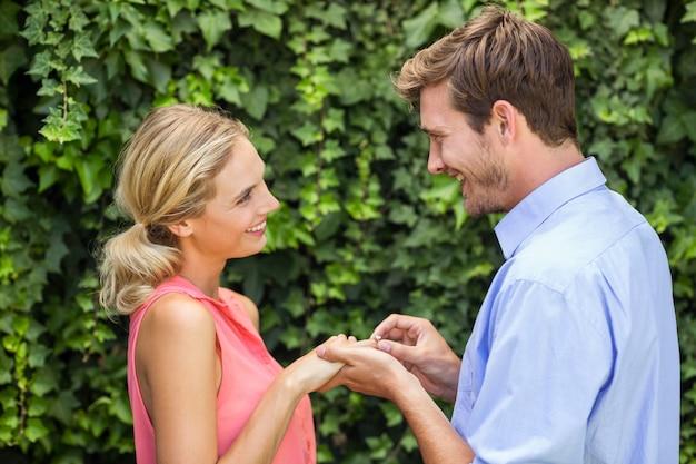 女性にリングを着てロマンチックな男