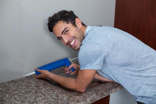 Портрет улыбающегося человека с помощью инъекции борьбы с вредителями