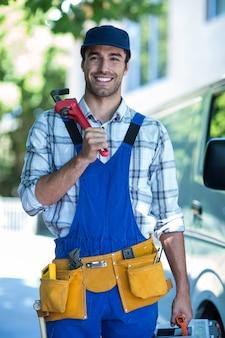 Портрет улыбающегося плотника с гаечным ключом